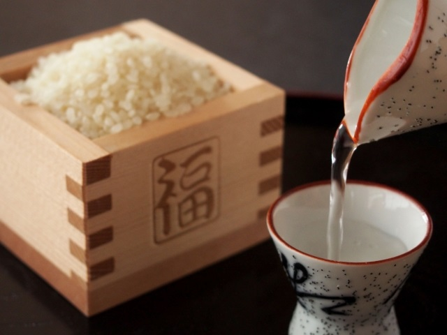 日本酒を飲む