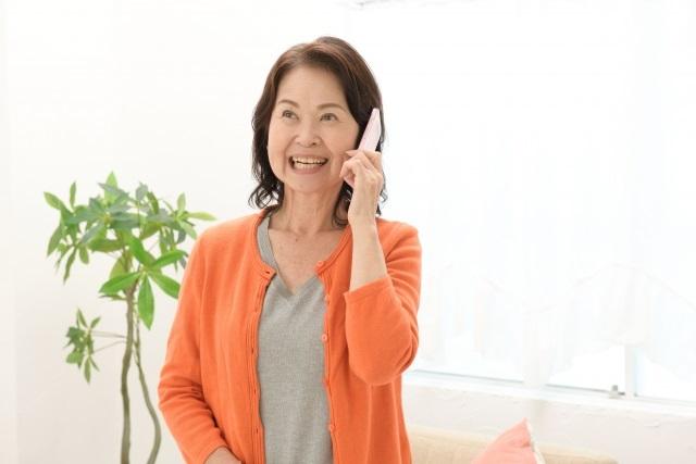 電話するシニア女性